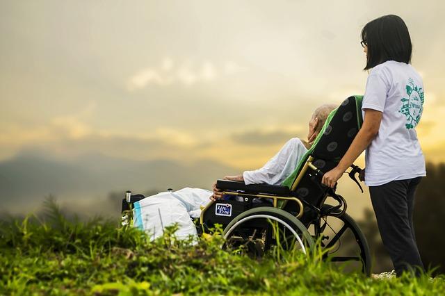 介護の仕事で収入◯◯万円!?資格取得し安定収入